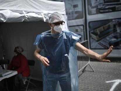 Profissional de saúde atende ao público em um posto de testes de Covid na França.