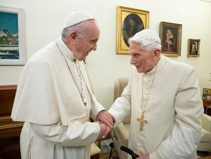 Papa Francisco visita Bento XVI no Vaticano em dezembro de 2018.