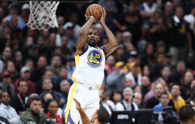 Arremesso de Kevin Durant no jogo Cavaliers-Warriors.