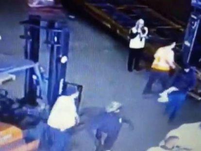 Câmeras de segurança do aeroporto de São Paulo captam a ação dos ladrões.