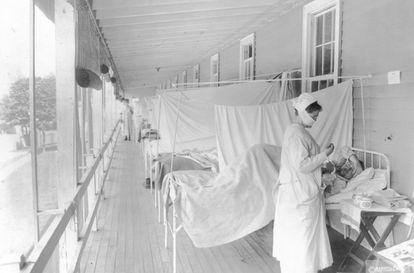 Enfermeira cuida de um paciente no hospital Walter Reed, em Washington, durante a epidemia de gripe de 1918.