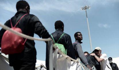Migrantes do 'Aquarius' na chegada ao porto de Valência no domingo.