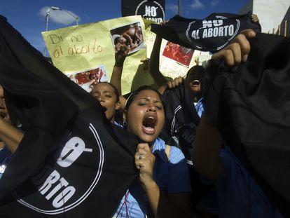 """Manifestantes católicos contra o aborto seguram cartazes com os dizeres """"Diga não ao aborto, sim à vida"""", em frente ao Congresso da República Dominicana, em outubro de 2007."""