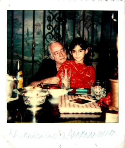 O poeta Vinicius de Moraes e sua neta, Mariana de Moraes.