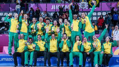 Atletas brasileiras celebram medalha de ouro nos jogos Pan-Americanos.