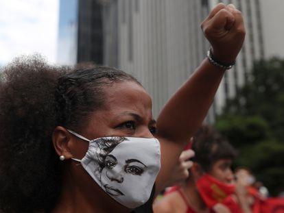 Manifestante usa máscara com o rosto de Marielle Franco em protesto contra o presidente Jair Bolsonaro em São Paulo.