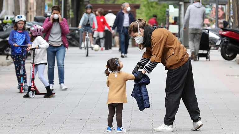 Crianças nas ruas de Madri, no domingo passado, primeiro dia em que as crianças foram autorizadas a deixar o confinamento doméstico.