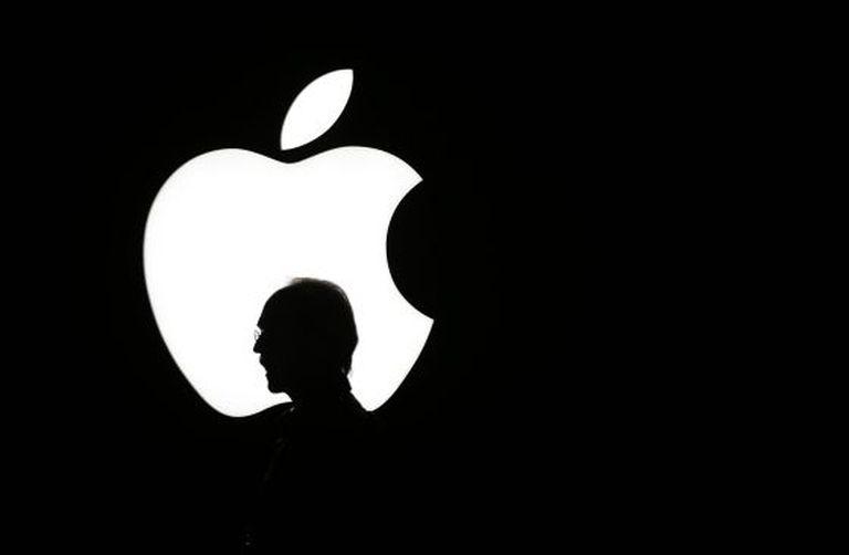 Um homem passa à frente do logotipo da Apple durante uma apresentação da Apple TV em setembro passado.