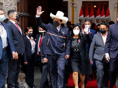 O presidente do Peru, Pedro Castillo, chega ao Congresso de mãos dadas com a esposa, Lilia Paredes, para jurar o cargo na quarta-feira. Em vídeo, Castillo designa um radical da esquerda peruana como primeiro-ministro.