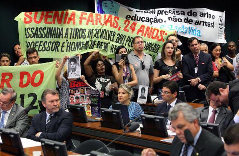 Ativistas protestam durante votação do estatuto