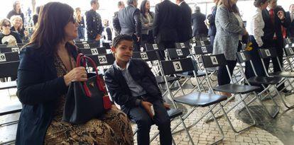 A mãe de Cristiano Ronaldo, Dolores Aveiro, sentada ao lado do neto, na cerimônia de mudança de nome do aeroporto