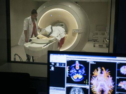 Paciente se submete a uma ressonância no centro de pesquisa da Fundação Pasqual Maragall.