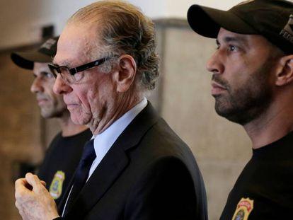 Carlos Arthur Nuzman acompanhado por agentes federais nesta quinta.