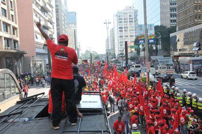 Manifestantes na avenida Paulista, nesta quinta.