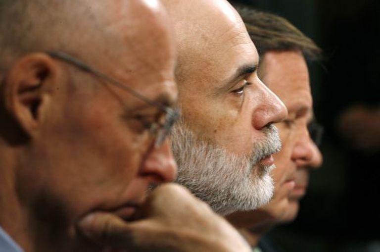 O ex-presidente do Fed, Ben Bernanke, ao lado de Henry Paulson, ex-secretário do Tesouro, e do ex-presidente da SEC Chris Cox.