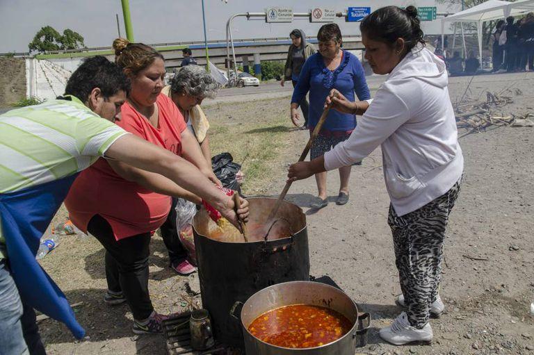Preparação de um sopão durante um protesto social na província de Tucumán.