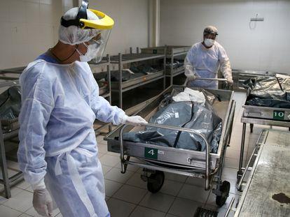 Profissionais transferem o corpo de vítima da covid-19 no Hospital Nossa Senhora da Conceição, em Porto Alegre, no dia 3 de março.