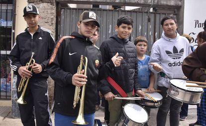 Integrantes da banda de música da capela Virgen del Milagro, na 'villa' La Cárcova.