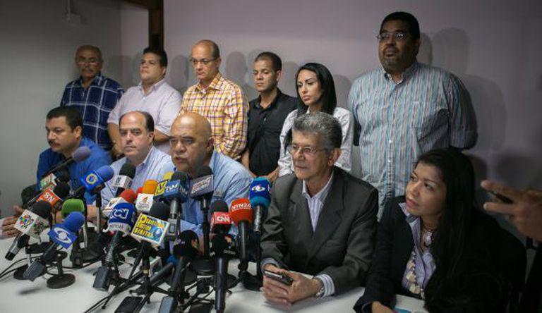 O secretário geral da MUD, Jesús Torrealba, ao centro.