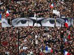 Manifestantes a lo largo de la calle Boulevard Voltaire durante un mitin unidad en París tras los recientes ataques terroristas en 11 de enero 2015 en París, Francia. Cerca de un millón de personas se unen en el centro de París para la Unidad en solidaridad con las 17 víctimas de los ataques terroristas en el país. El presidente francés, Francois Hollande llevará la marcha y estará acompañado por los líderes mundiales en un signo de unidad. Las atrocidades terroristas comenzaron el miércoles con el ataque a la revista satírica francesa Charlie Hebdo, matando a 12 personas, y terminó el viernes con asedios a una empresa de impresión en Dammartin en Goele y un supermercado kosher en París con cuatro rehenes y tres sospechosos. Un cuarto sospechoso, Hayat Boumeddiene, de 26 años, escapó y es buscado en conexión con el asesinato de una mujer policía.