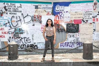 A estudante de jornalismo Alba Ñaupas posa em frente a um muro com os slogans das manifestações em Lima.