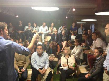 Empreendedores ante investidores em The Garden, o espaço de inovação de IE Business School.