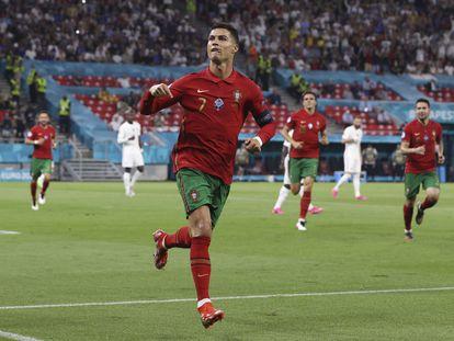 Cristiano Ronaldo comemora gol marcado contra a França na Eurocopa.
