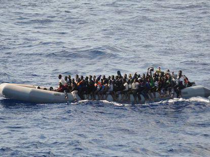 Imigrantes resgatados de uma embarcação diante da costa da Líbia