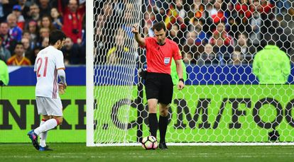 O árbitro Felix Zwayer reverte o impedimento dado pelo bandeirinha e valida o gol da Espanha.