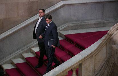 Oriol Junqueras e Carles Puigdemont deixam uma sessão do Parlament