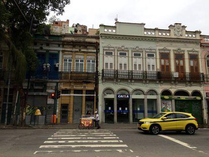 Rua do Catete, por volta das 14h, com todo o comércio fechado.