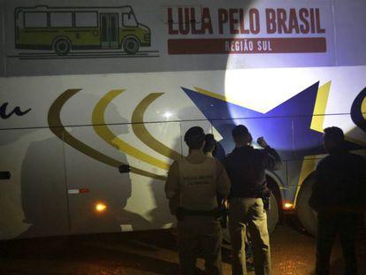Polícia realiza perícia em um dos ônibus da caravana de Lula atingidos por tiros.