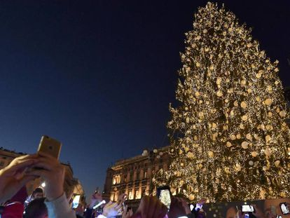 Árvore de Natal na Praça de Duomo, em Milão.