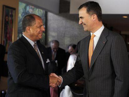 O príncipe espanhol Felipe, à direita, e o novo presidente da Costa Rica.