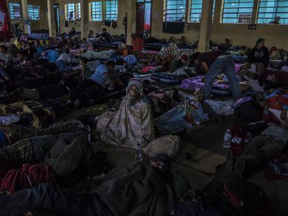 Migrantes hondurenhos passam a noite em um albergue da Cidade da Guatemala.