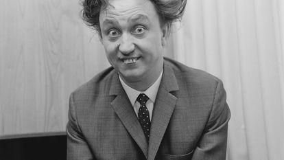 O ator britânico Ken Dodd (retratado em 1966) fez de seus dentes imperfeitos, resultado de uma queda de bicicleta, uma de suas marcas de identidade.