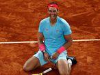 -FOTODELDÍA- PARÍS, 11/10/2020.- El tenista español Rafael Nadal muestra su alegría tras vencer al serbio Novak Djokovic en la final del torneo de Roland Garros en París. EFE/IAN LANGSDON