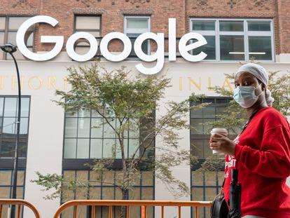 Moça passa diante dos escritórios do Google em Nova York (EUA) em setembro.