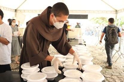 Franciscano organzia as marmitas que serão distribuídas para a população de rua em São Paulo. / SEFRAS