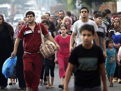 Dezenas de palestinos fogem de seus lares no leste de Gaza.