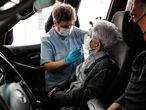 GRAFCAV3301. SAN SEBASTIÁN (ESPAÑA), 24/02/2021.- Una anciana se vacuna este miércoles en el Hospital Donostia de San Sebastián donde ha recibido, sin salir de su coche, la vacuna contra la covid-19. EFE/Juan Herrero.