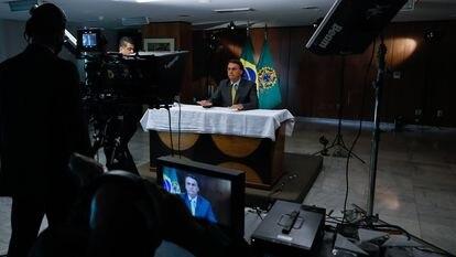 Jair Bolsonaro durante gravação de pronunciamento oficial sobre vacinas contra covid-19. Nas 'lives', presidente segue lançando dúvidas sobre a vacinação.