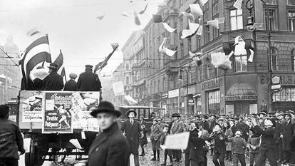 Um carro distribui propaganda do Partido Popular Alemão em Berlim em 1924, durante a República de Weimar.
