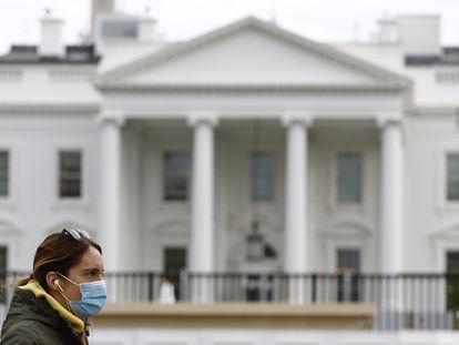 Mulher com máscara de proteção em frente à Casa Branca, em Washington, no dia 1 de abril.