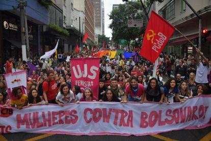 Mulheres na rua Augusta, região central de São Paulo, durante a marcha do Dia Internacional da Mulher.