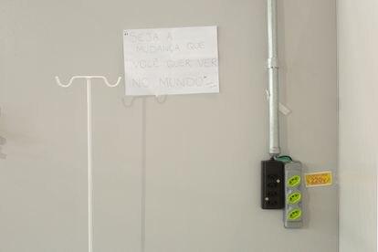 Cartazes fixados nas paredes tentam animar profissionais e pacientes com a covid-19.