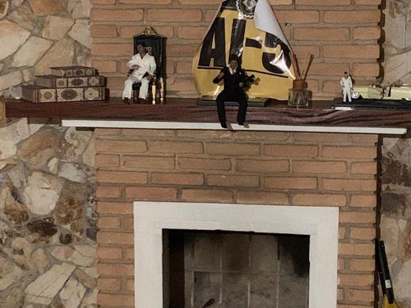 Detalhe da casa de Wasseff, onde Queiroz foi preso, com cartaz com AI-5 e imagens de 'Scarface', filme de Brian de Palma em que Al Pacino faz um chefão do tráfico.