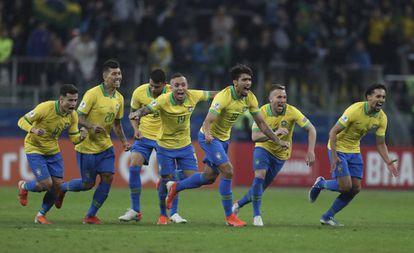 Brasileiros comemoram classificação brasileira na Arena do Grêmio.