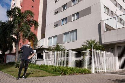 Felipe Portes em frente ao prédio onde mora, no bairro do Capão Raso.