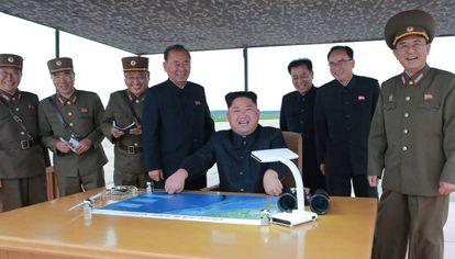 Kim Jong-un durante o último teste de mísseis.